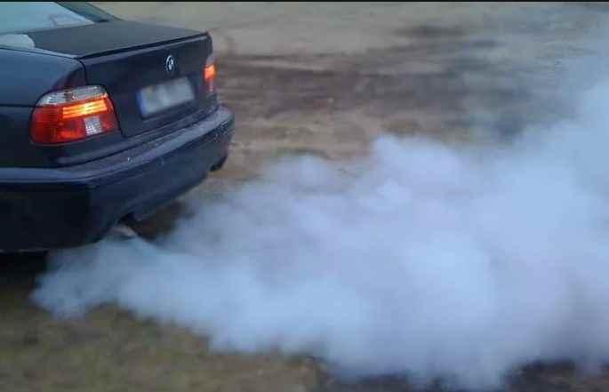 сизый дым двигателя