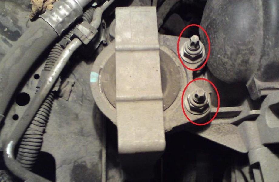 снимаем переднюю опору двигателя