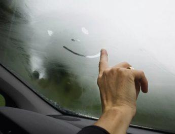 почему в машине запотевают стекла