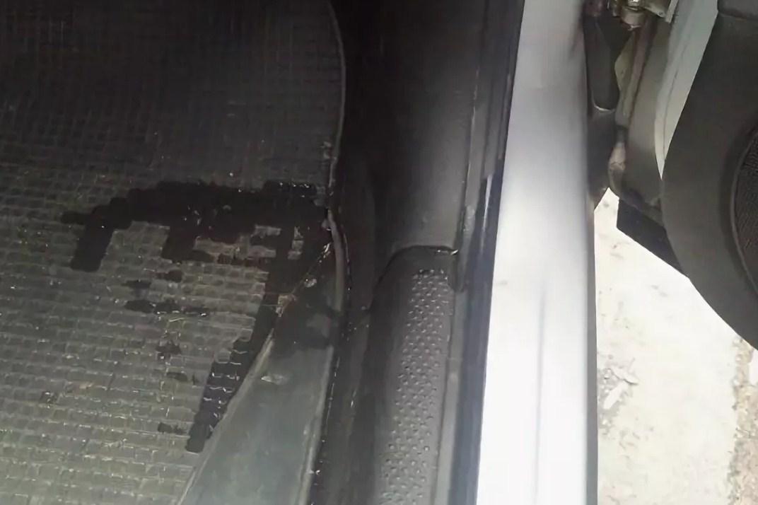 Вода в дожь через резинки попадает на коврики