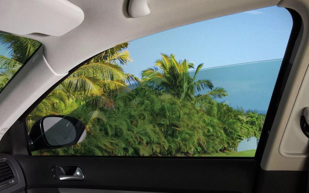 открытое окно в салоне автомобиля