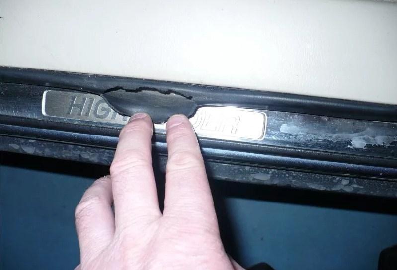 порвалась уплотнительная резинка двери