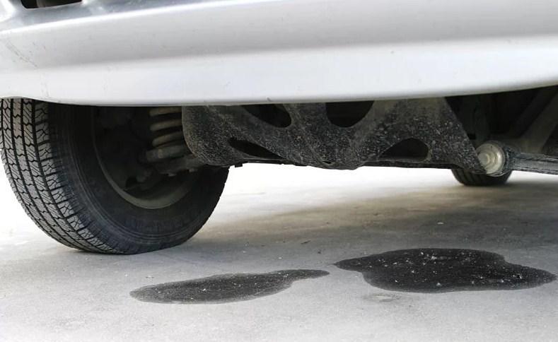 лужа антифриза под машиной