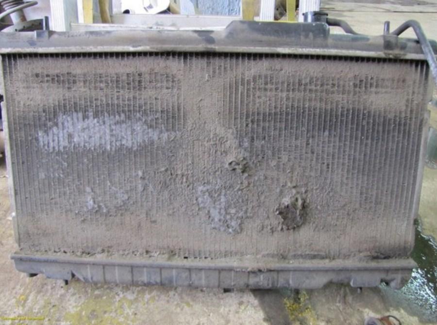 радиатор забит грязью снаружи - одна из причин перегрева двигателя