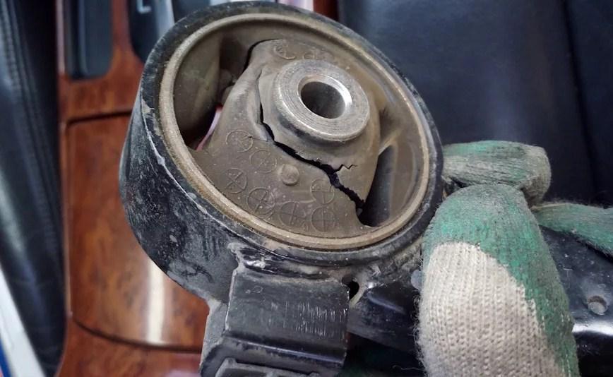 порвана подушка двигателя