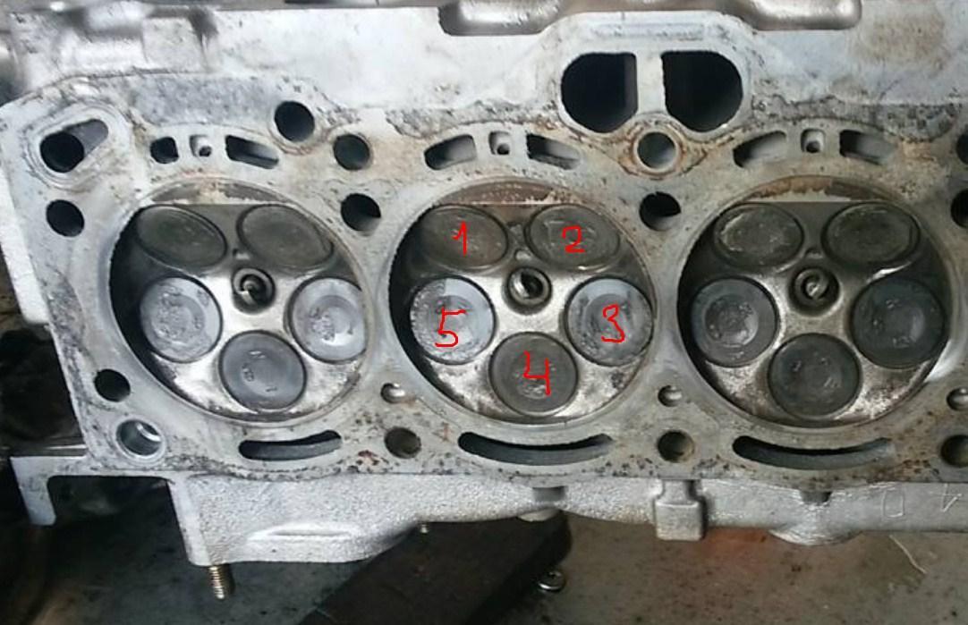 двигатель с центральным расположением свечи в камере сгорания