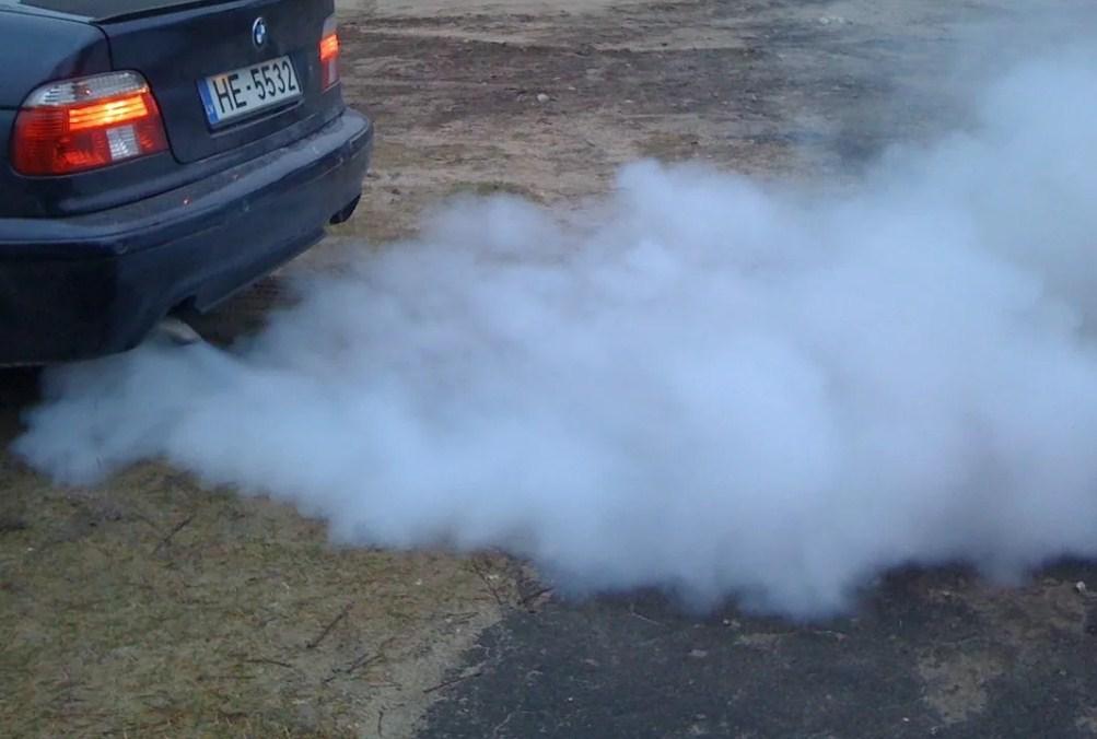 сизый дым из выхлопной трубы - верный признак повышенного расхода масла.