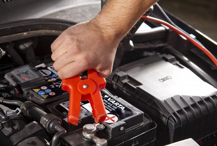 Подключает зарядное к авто