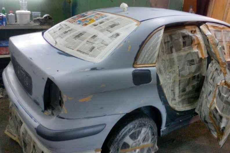 подготовленый для покраски автомобиль, с матованым грунтом
