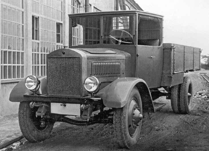 Я-4 грузовик во дворе завода 1928 год