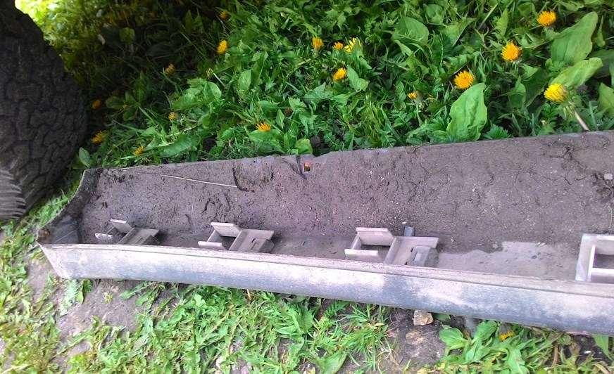 грязь под пластиковой накладкой порога