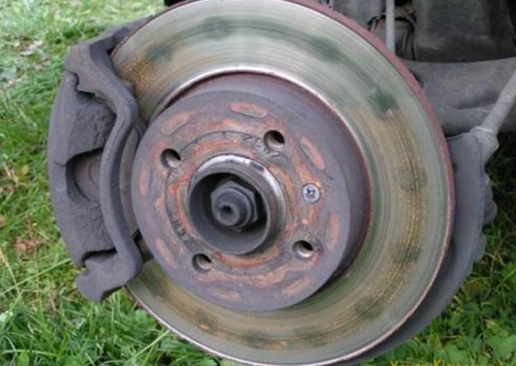 гнутый тормозной диск - видны пятна контакта