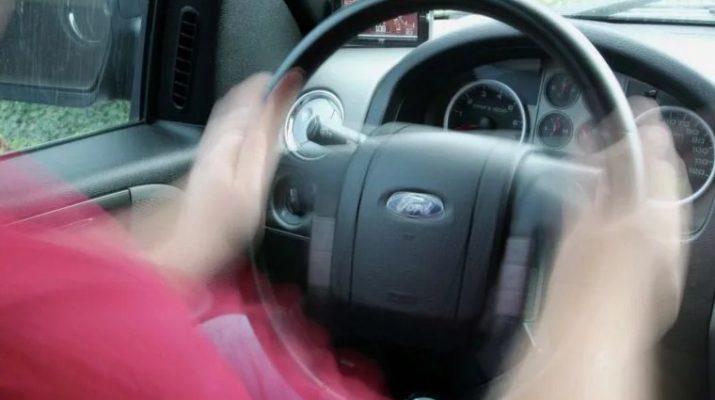 ghbxbyf gj rnjhjsv почему вибрирует руль при езде